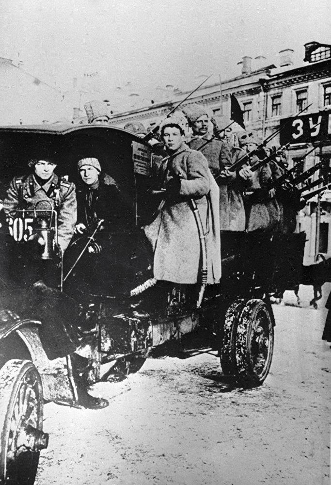 Ciężarówka wypełniona uzbrojonymi ludźmi aż do II wś była symbolem nadzwyczajnej sytuacji w mieście. Potem w świadomości masowej jej miejsce zajęły czołgi na ulicach.