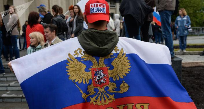 Uczestnik demonstracji z okazji Dnia Rosji na placu Lenina w Nowosybirsku