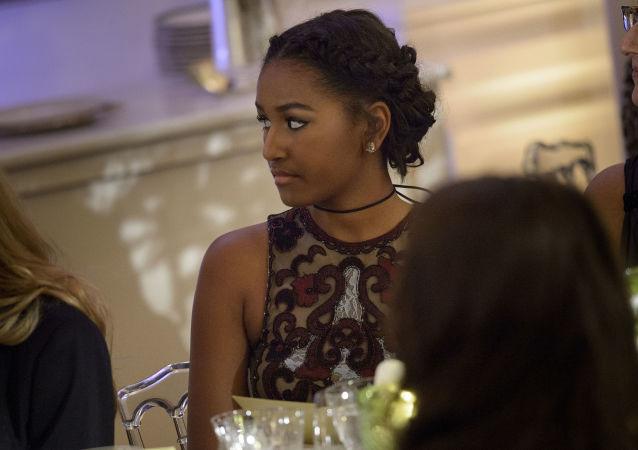 Sasha Obama na uroczystym przyjęciu w Białym Domu, Waszyngton