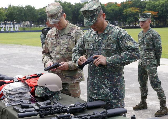 Amerykańscy i filipińscy wojskowi podczas przygotowań do operacji antyterrorystycznej
