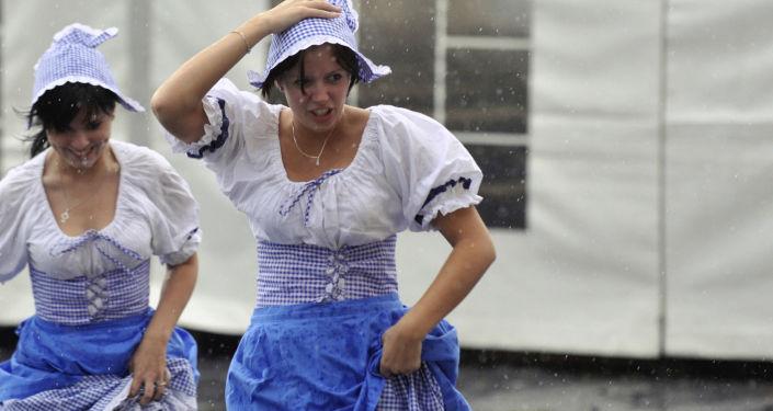 Czeskie kelnerki w deszczu podczas festiwalu piwa w Pradze