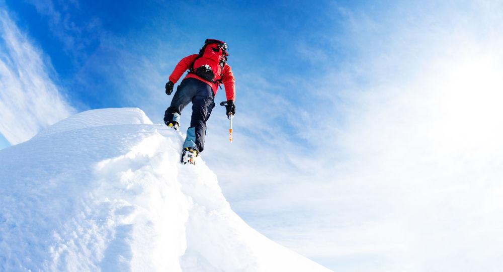 Alpinista w czasie zdobywania szczytu