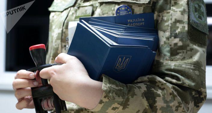 Pracownik Służby Granicznej Ukrainy w międzynarodowym punkcie kontrolnym na granicy polsko-ukraińskiej