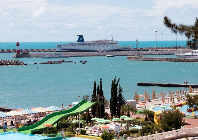 """Statek wycieczkowy """"Kniaź Władimir"""" w porcie w Soczi"""
