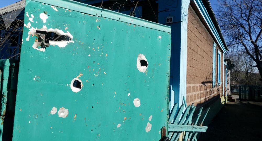 Dom mieszkalny uszkodzony w wyniku ostrzału Jasynuwaty w obwodzie donieckim przez ukraińskie siły bezpieczeństwa