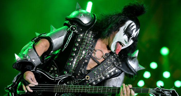 Frontman grupy Kiss Gene Simmons na koncercie zespołu