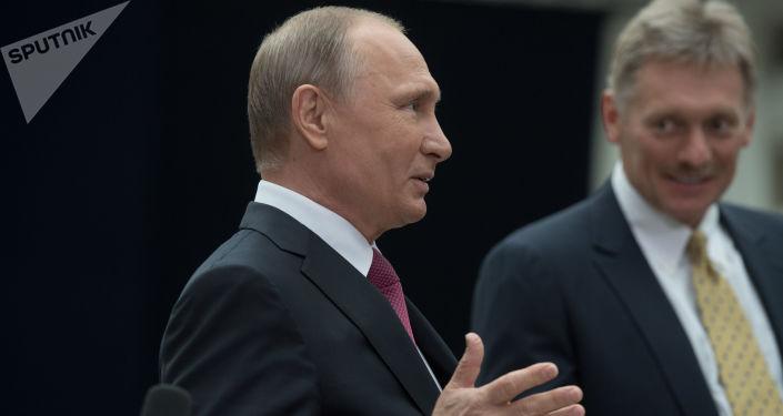Władimir Putin i rzecznik prasowy Dmitrij Pieskow podczas Gorącej linii z prezydentem