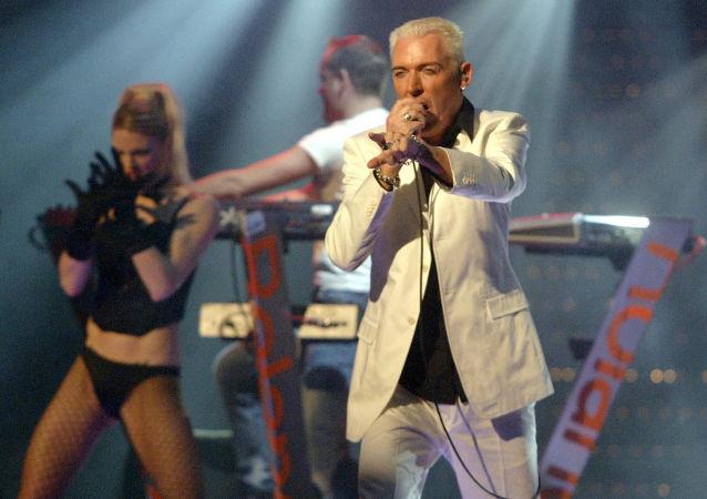 Solista grupy Scooter podczas koncertu w Berlinie