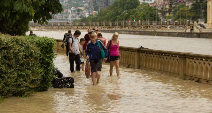 Mieszkańcy na ulicy Soczi po ulewnym deszczu