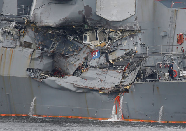Uszkodzone w wyniku kolizji z filipińskim statkiem amerykański niszczyciel Fitzgerald
