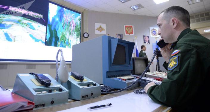 Oficer w punkcie dowodzenia wielofunkcyjnej stacji radiolokacyjnej