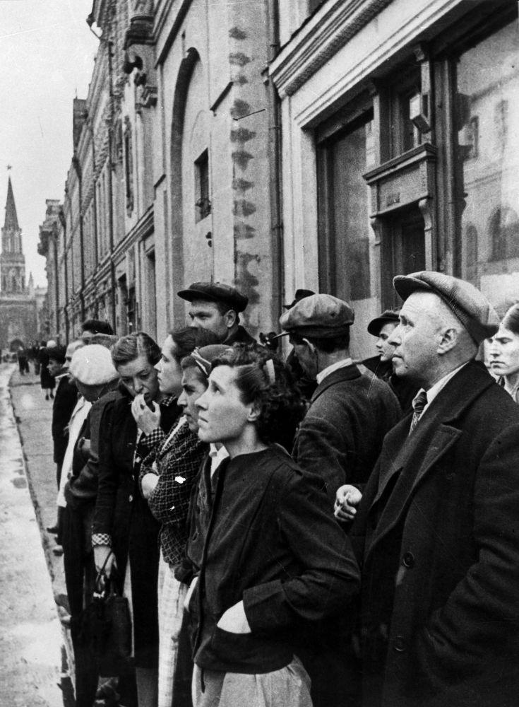 Mieszkańcy Moskwy 22 czerwca 1941 słuchają komunikatu  o niemieckiej inwazji na Związek Radziecki