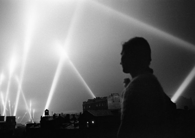 Reflektory wojsk obrony przeciwlotniczej oświetlają niebo nad Moskwą, rok 1941