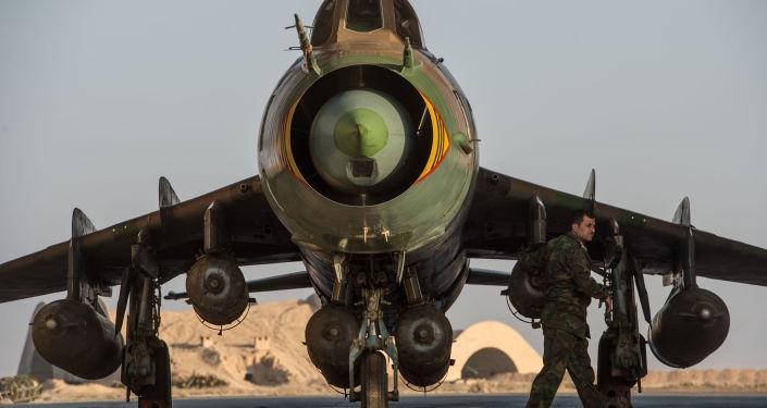 Su-22 syryjskich sił powietrznych w syryjskiej bazie w prowincji Homs