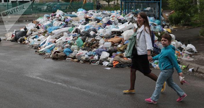 Niewywiezione śmieci na śmietniku we Lwowie