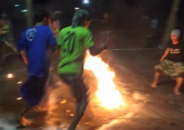 Płonący kokos w akcji!