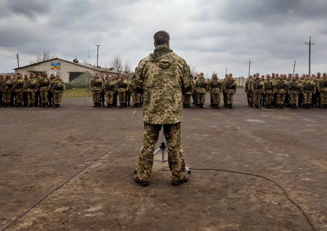 Kijów przygotowuje projekt ustawy, który pozwoli prezydentowi Ukrainy przejąć dowodzenie nad operacją w Donbasie
