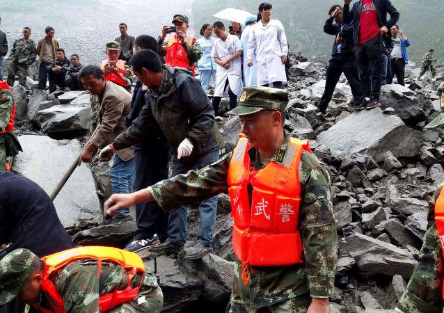 Lawina błotna spowodowała śmierć 141 mieszkańców wsi Xinmo w prefekturze Ngawa, w prowincji Syczuan, w środkowo-zachodniej części Chin