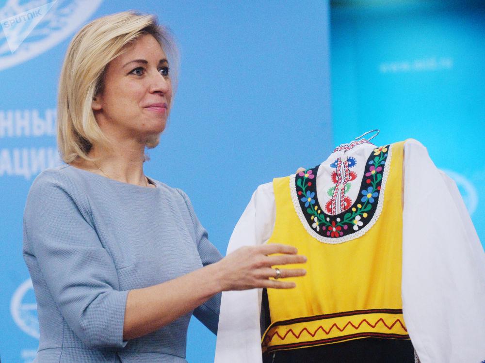 Rzeczniczka MSZ Federacji Rosyjskiej Maria Zacharowa z bułgarskim strojem ludowym zaprezentowanym z okazji Dnia Kobiet przez bułgarskiego dziennikarza Borisa Anzowa po zakończeniu briefingu w sprawie bieżących kwestii polityki zagranicznej.