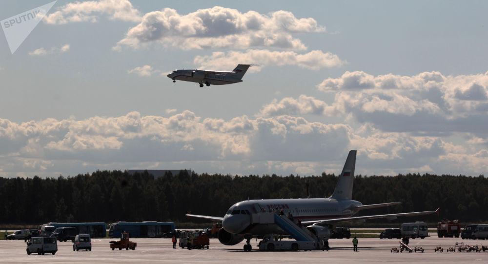 """Samolot pasażerski An-148 przygotowuje się do lądowania na lotnisku """"Pułkowo"""" w Petersburgu"""