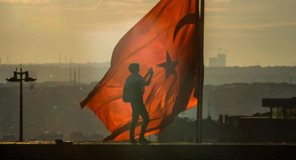 Flaga Turcji na placu Taksim w Stambule