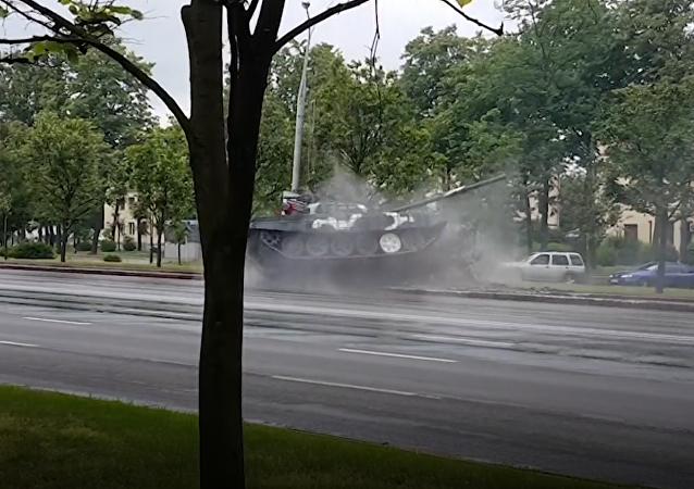 Czołowe zderzenie czołgu z latarnią