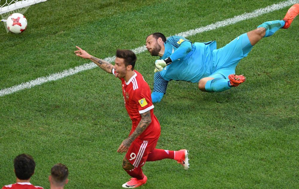 Fedor Smolov (Rosja) cieszy się ze zdobytej bramki podczas meczu Pucharu Konfederacji 2017 w piłce nożnej między reprezentacjami Rosji i Nowej Zelandii w Sankt Petersburgu.