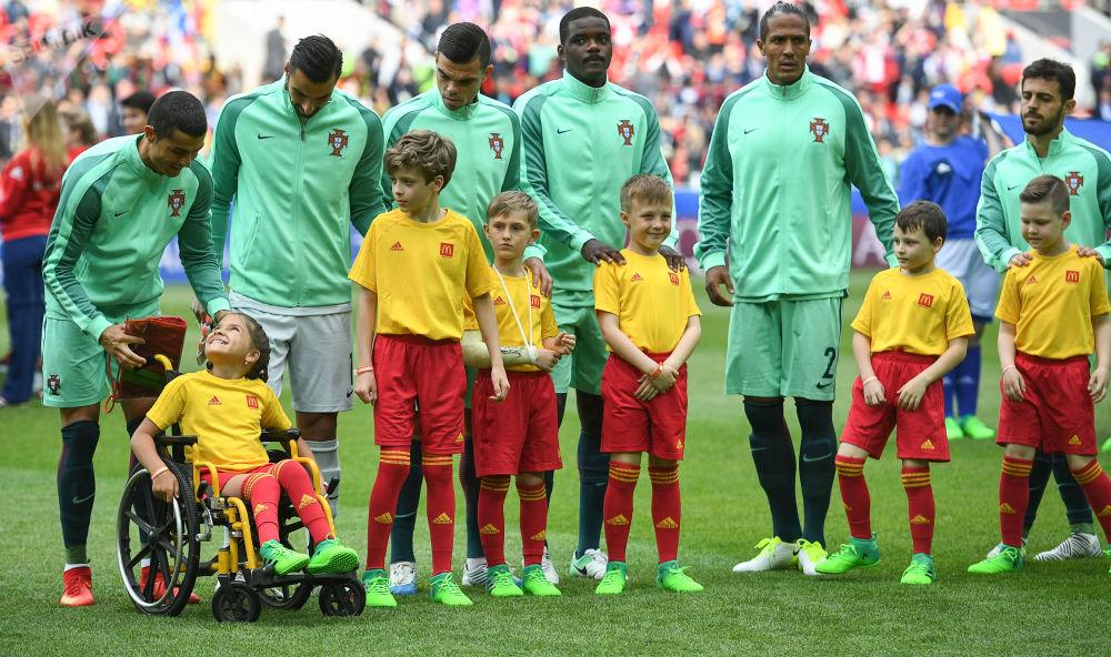 Cristiano Ronaldo i inni piłkarze reprezentacji Portugalii z młodymi kibicami przed rozpoczęciem meczu Pucharu Konfederacji 2017 między reprezentacjami Rosji i Portugalii