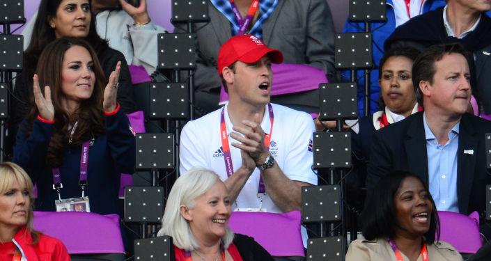 Księżna Cambridge Katarzyna, książę William i premier Wielkiej Brytanii David Cameron na stadionie olimpijskim w Londynie