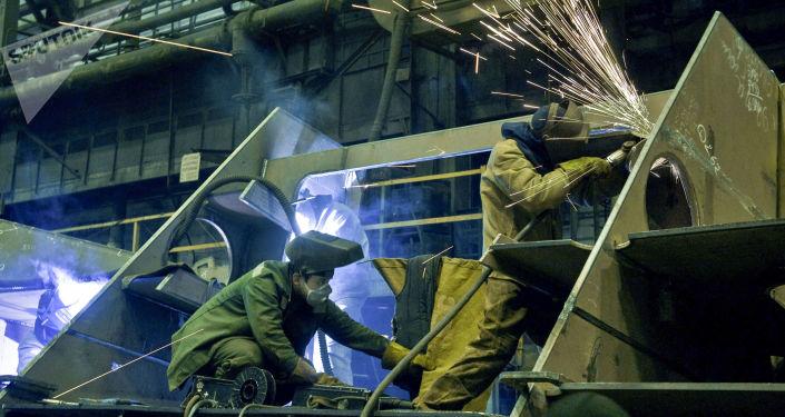 Pracownicy w stoczni
