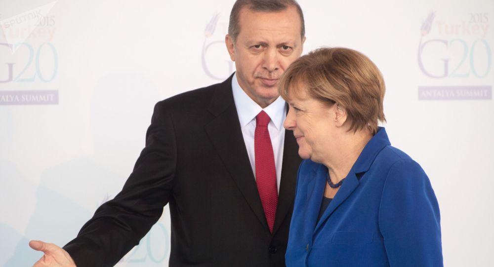 Prezydent Turcji Recep Tayyip Erdogan i kanclerz Niemiec Angela Merkel podczas otwarcia szczytu G20 w Antalyi