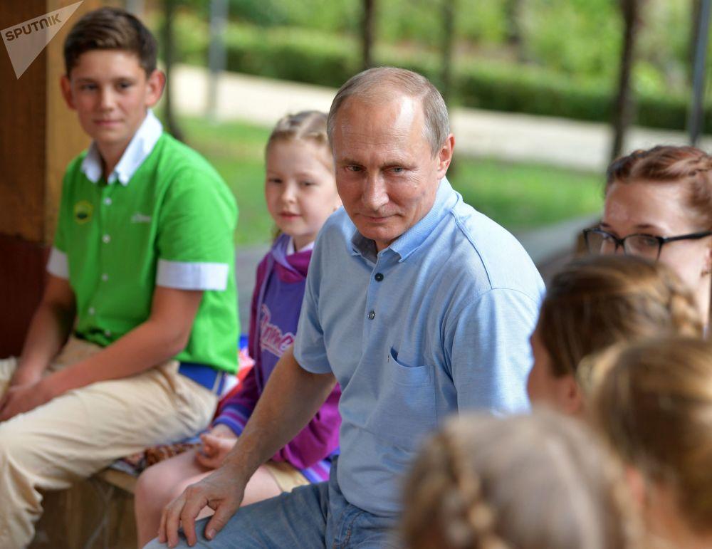 """Prezydent FR Władimir Putin w międzynarodowym obozie pionierskim """"Artek"""""""