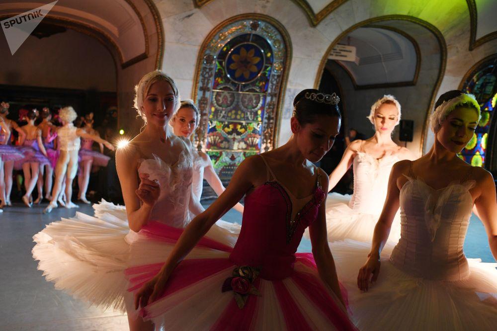 """Artyści teatru """"Kremlowski Balet"""" podczas nocnego koncertu dla kibiców piłki nożnej"""