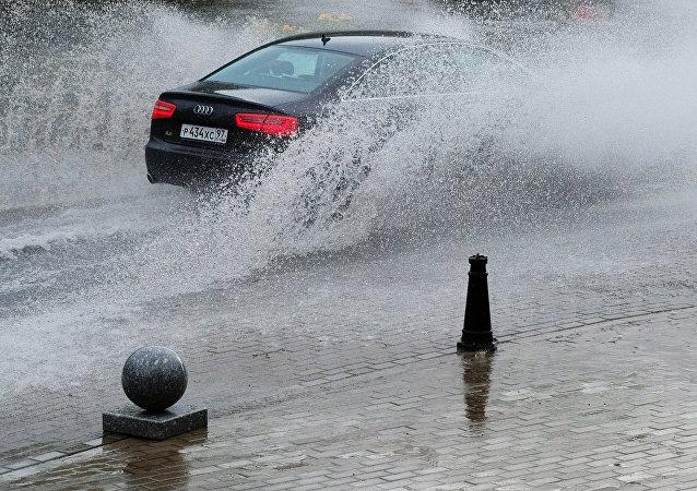 Samochód na moskiewskiej ulicy podczas ulewy.