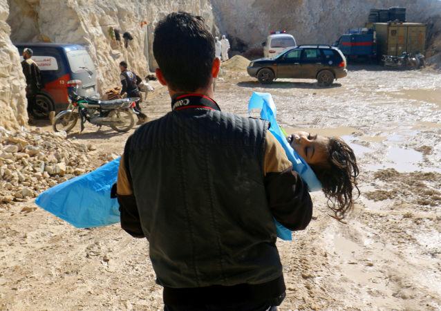Mężczyzna wynoszący ciało dziewczynki po ataku chemicznym na miejscowość Chan Szajchun