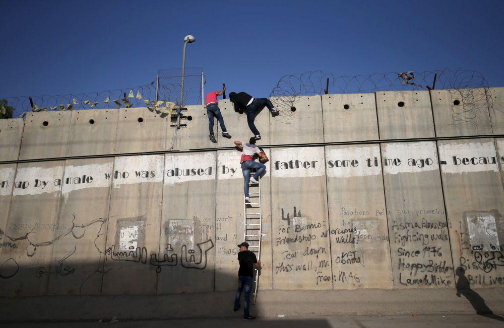 Palestyńczycy starają się dostać na pierwszą piątkową modlitwę podczas ramadanu