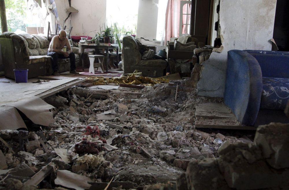 Mężczyzna w zburzonym mieszkaniu w Doniecku