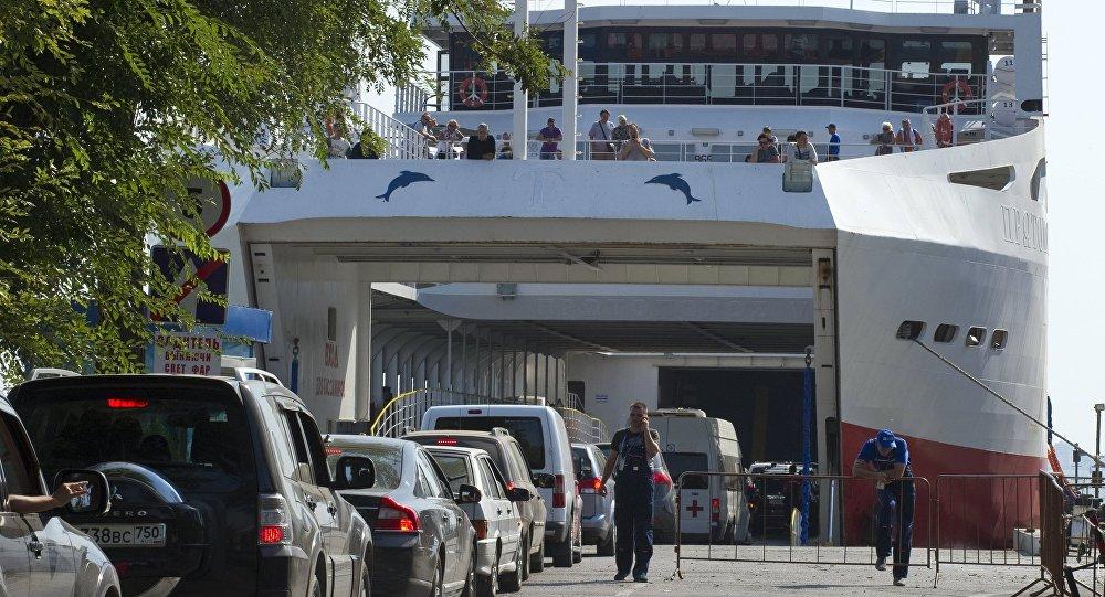 Samochody w kolejce czekają na wjazd na prom w porcie Krym w Kerczu.