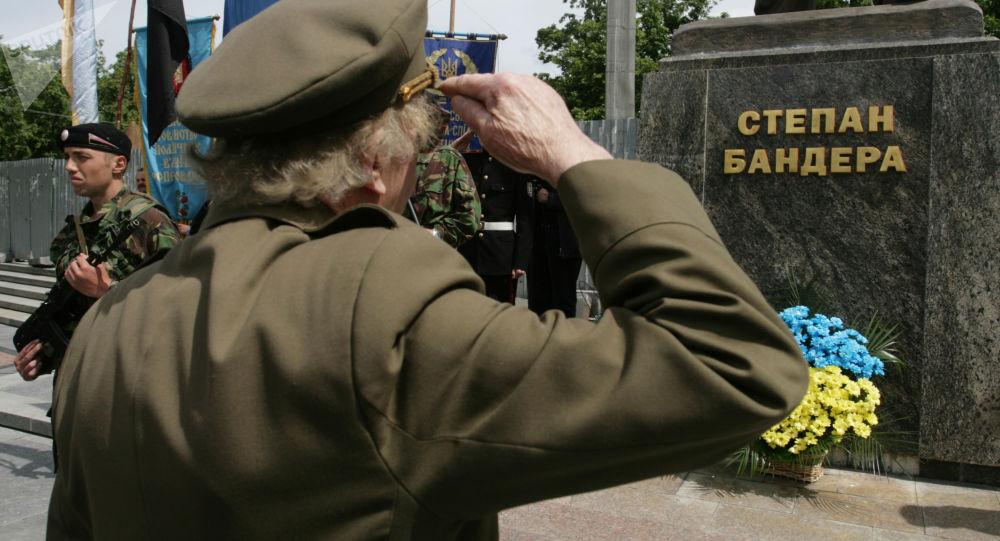 Weterani UPA podczas obchodów Dnia Bohaterów pod pomnikiem Stepana Bandery w centrum Lwowa