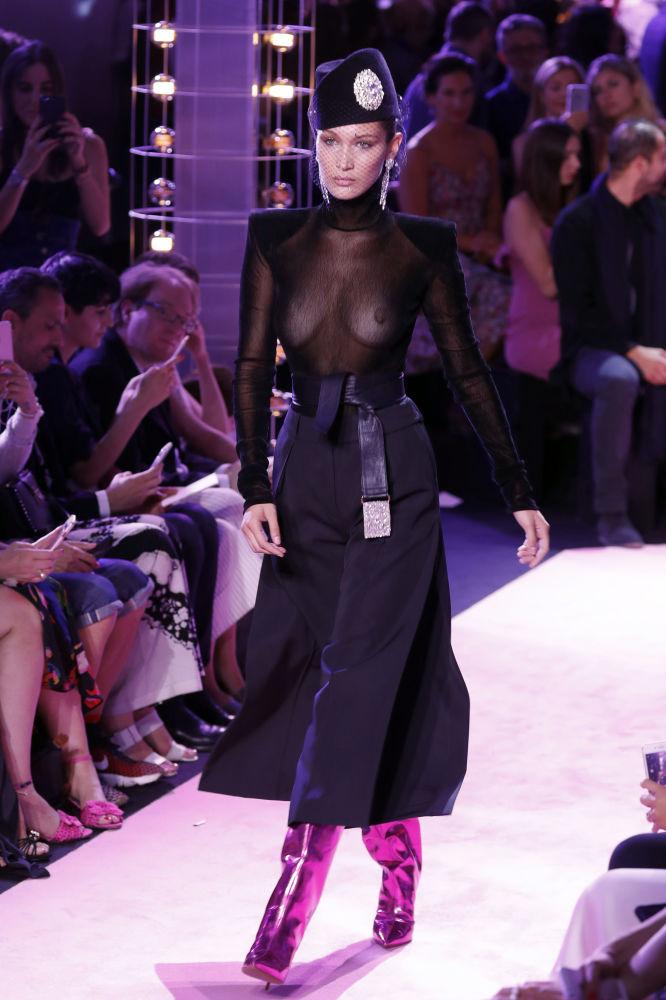 Modelka Bella Hadid na pokazie mody Alexandre Vauthier na tygodniu mody w Paryżu sezon jesień/zima 2017-18