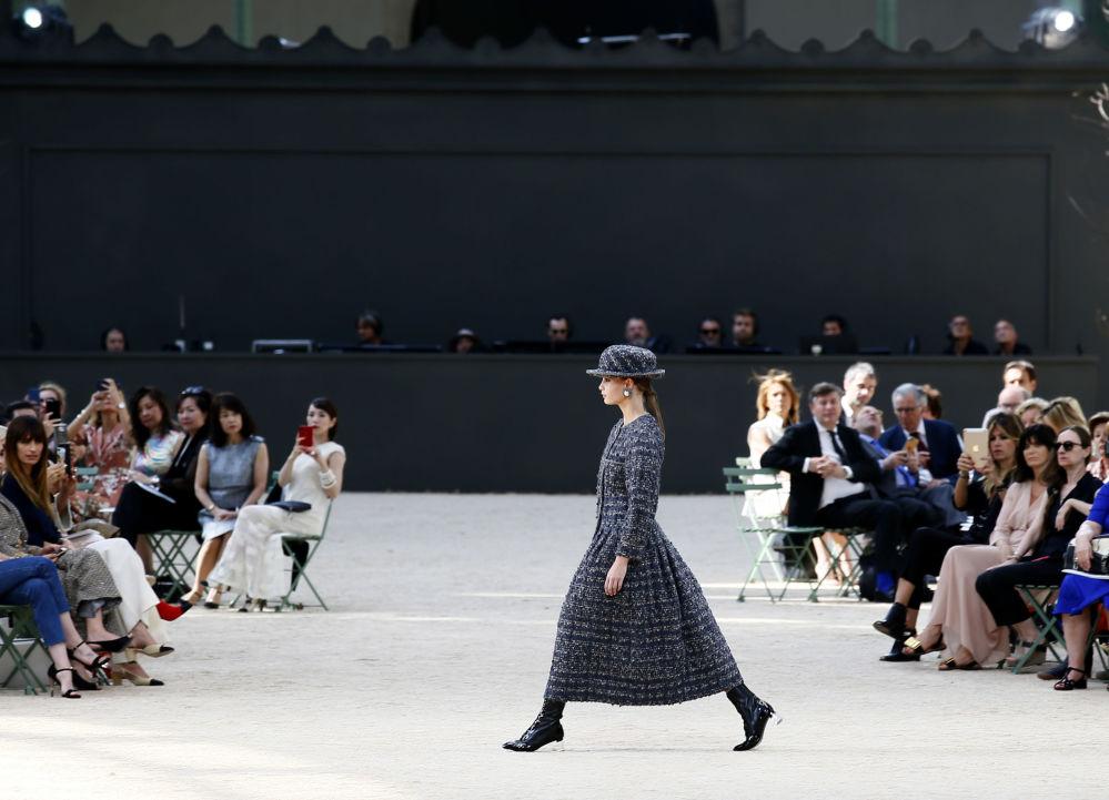 Modelka na pokazie Chanel podczas tygodnia mody w Paryżu, sezon jesień/zima 2017-18