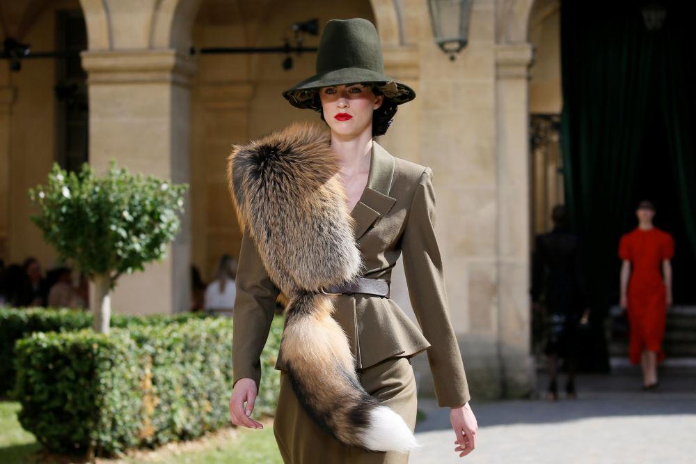 Modelka na pokazie rosyjskiego projektanta Ulyana Sergeenko podczas tygodnia mody w Paryżu, sezon jesień/zima 2017-18