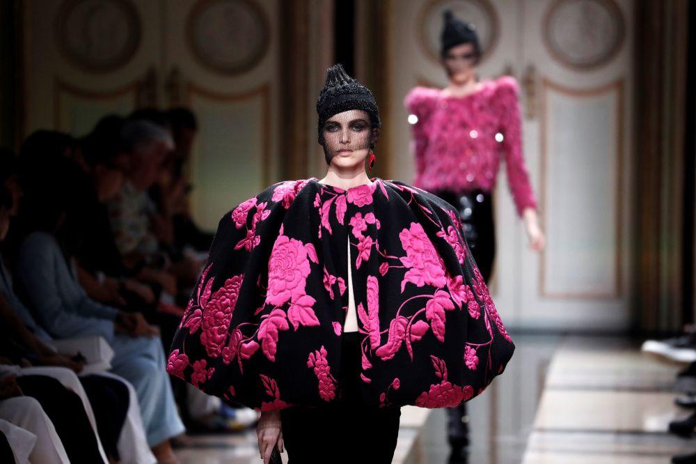 Modelka na pokazie Giorgio Armani podczas tygodnia mody w Paryżu, sezon jesień/zima 2017-18