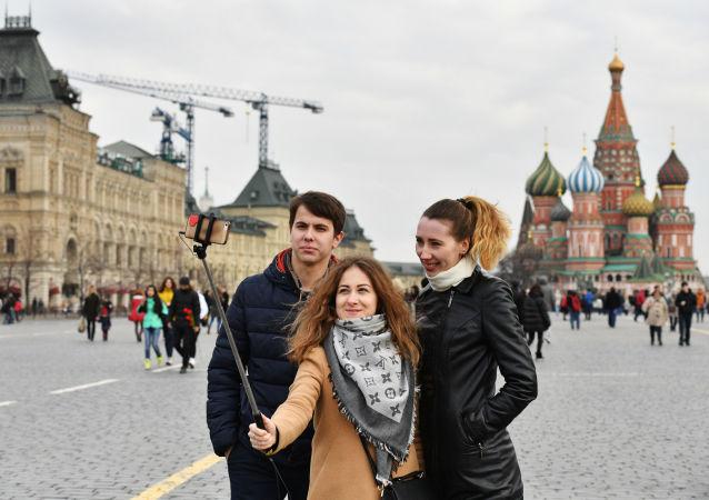 Turyści fotografują się na Placu Czerwonym