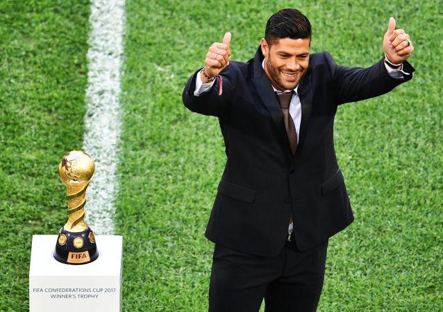 Brazylijski piłkarz Hulk przed rozpoczęciem meczu finałowego Pucharu Konfederacji 2017 w piłce nożnej reprezentacji Chile i Niemiec