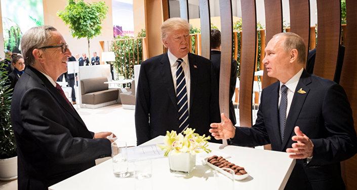 Prezydent USA Donald Trump, prezydent Rosji Władimir Putin i przewodniczący Komisji Europejskiej Jean-Claude Juncker w czasie szczytu G20 w Hamburgu