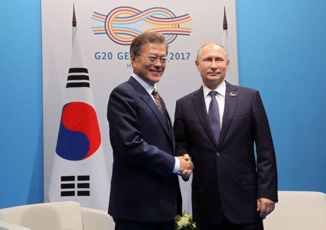 Prezydent Rosji Władimir Putin i prezydent Republiki Korei Moon Jae-in podczas spotkania w kuluarach szczytu liderów G20 w Hamburgu