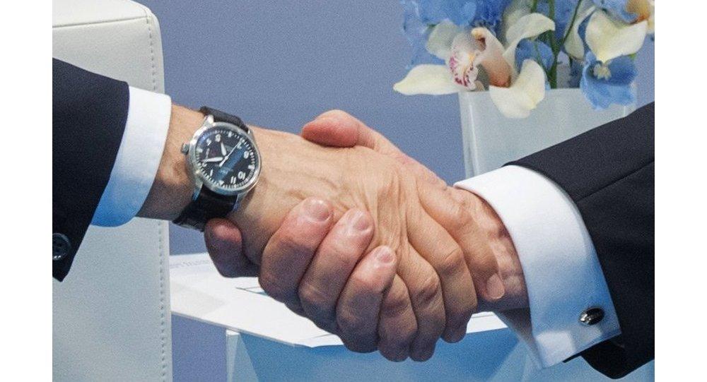 Władimir Putin i Donald Trump uścisk dłoni