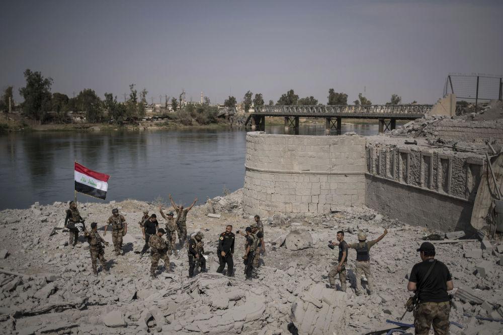 Irackie siły specjalne cieszą się ze zwycięstwa na brzegu rzeki Tigr w Starym Mieście Mosul