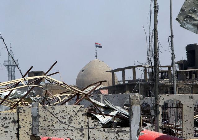 Iracka flaga nad meczetem w Starym Mieście Mosul
